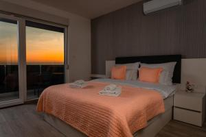 A bed or beds in a room at Villas Alfa & Omega