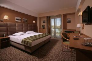 A bed or beds in a room at Reghina Blue Hotel