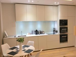 Una cocina o zona de cocina en Trafalgar Luxury Suites