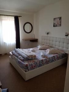 A bed or beds in a room at Pensiunea Diadis