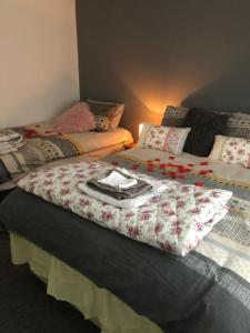 A bed or beds in a room at Entire Cozy Home Well Equiped for Longer ! stays !