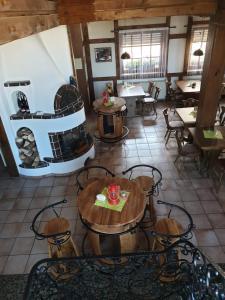 Ein Restaurant oder anderes Speiselokal in der Unterkunft Saloon Halfenhof Ramersbach