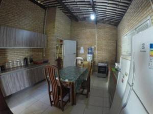 A kitchen or kitchenette at Casa Praia do Niquin Barra de São Miguel