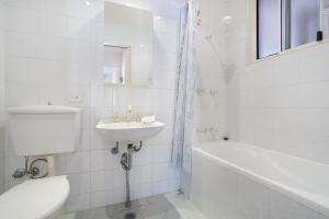 A bathroom at Bushwalk To The Beach From A Tranquil Apartment