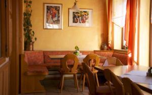 Ein Restaurant oder anderes Speiselokal in der Unterkunft Gasthof Jägerheim