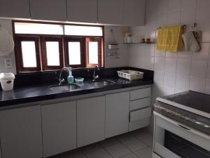 A kitchen or kitchenette at Barra de São Miguel p/ 10