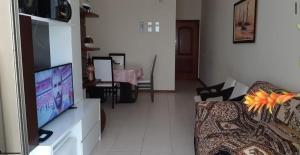 A television and/or entertainment centre at Lindo e seguro apartamento na Praia do Forte!