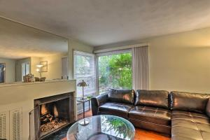 A seating area at Pet-Friendly Home Less Than 8Mi to Downtown Cleveland!