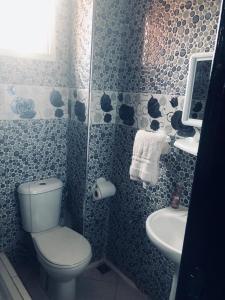 A bathroom at Diyar Al Hamra