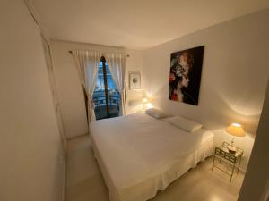A bed or beds in a room at Riviera Eden Palace