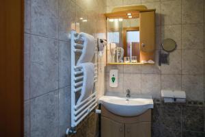 A bathroom at Hotel Narád & Park