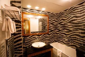 A bathroom at Art Hotel William