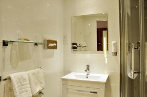 A bathroom at Holiday Inn Express, Chester Racecourse