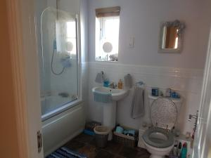 A bathroom at Siobhan's abode 2 Deluxe doubles n large single