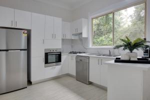 A kitchen or kitchenette at Large, stylish and quiet penthouse steps from surf