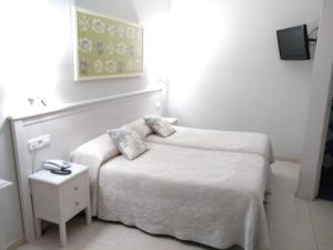 A bed or beds in a room at Hotel Goya