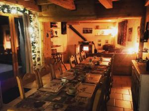A restaurant or other place to eat at Ecrins Lodge