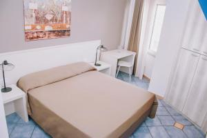 A bed or beds in a room at Hotel Piccolo Sogno