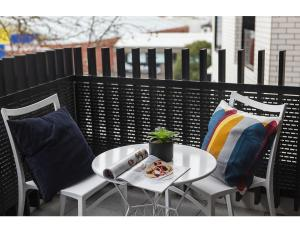 A balcony or terrace at Modern 2 bed apartment in trendy Collingwood