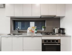 A kitchen or kitchenette at Modern 2 bed apartment in trendy Collingwood