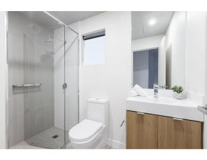 A bathroom at Modern 2 bed apartment in trendy Collingwood