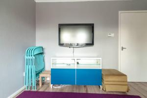 A bed or beds in a room at BRIGHT & CLEAN 2 bedroom APT Close to rail links