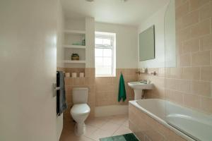 A bathroom at BRIGHT & CLEAN 2 bedroom APT Close to rail links
