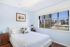 A bed or beds in a room at Perfect Pyrmont penthouse pad