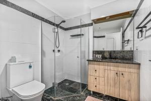 A bathroom at Luxurious harbour view apartment steps from city