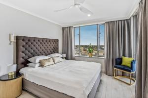 A bed or beds in a room at Luxurious harbour view apartment steps from city