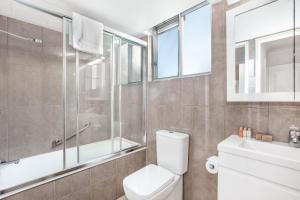 A bathroom at Classic Getaway Apartment For The Whole Family