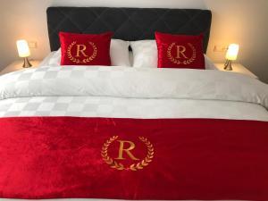 Ein Bett oder Betten in einem Zimmer der Unterkunft Royal City Apartments