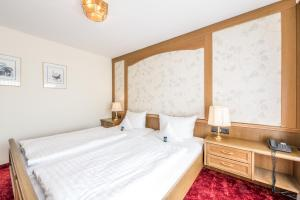 A bed or beds in a room at Hotel Hanses-Bräutigam