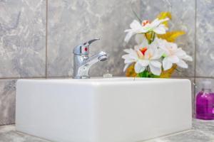 A bathroom at Flats Charming