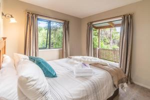 A bed or beds in a room at Akaroa Cottages Overton - Akaroa Holiday Cottage