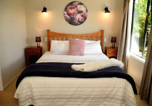 A bed or beds in a room at Secluded Getaway - Romantic and Tranquil Akaroa Holiday Home