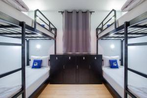 Våningssäng eller våningssängar i ett rum på Samui Us hostel