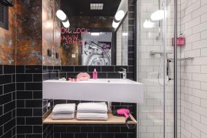 A bathroom at Moxy Poznań Airport