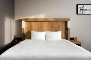 Letto o letti in una camera di Courtyard by Marriott Warsaw Airport