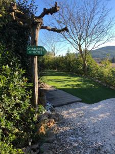 Jardin de l'établissement l'Oustaou B&B Piscine & Spa