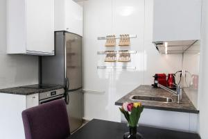 A kitchen or kitchenette at Enjoy Smoking In Our Riverview Balcony