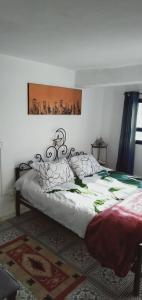 سرير أو أسرّة في غرفة في Dar Warda