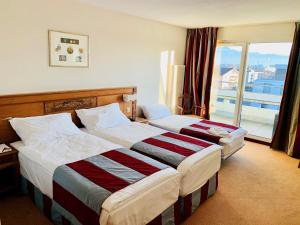 Ein Bett oder Betten in einem Zimmer der Unterkunft Hôtel des Inventions
