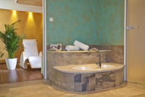 حمام في فندق أرنيكاز