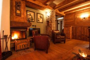 A seating area at Au Coeur Des Neiges & SPA