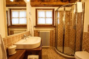 A bathroom at Au Coeur Des Neiges & SPA