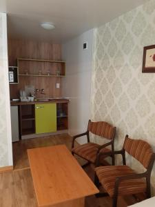 Кухня или мини-кухня в Elmona Villas