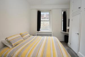 A bed or beds in a room at Spacious 2 bedroom town centre flat in the heart of the Triangle