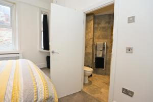 A bathroom at Spacious 2 bedroom town centre flat in the heart of the Triangle