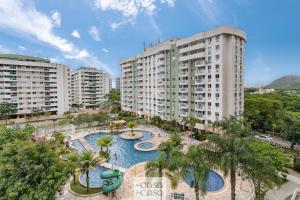 A view of the pool at TOP 2 Quartos com VARANDA em Condominio com PISCINA, Portaria 24h e Estacionamento - Estrutura de Lazer para CRIANCAS - Apto com Ar Condicionado e Wi-Fi 100mbps or nearby